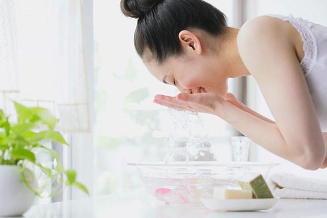 Bạn nên rửa mặt sạch cho da vào mỗi buổi sáng và tối trước khi đi ngủ